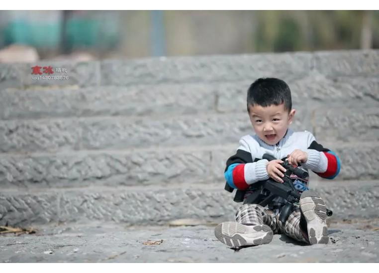 林州寒冰摄影阳光下的小男孩