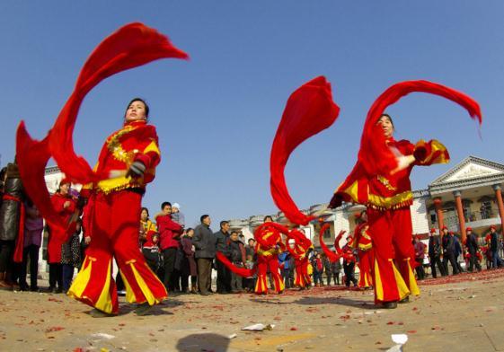 林州:锣鼓喧天扭秧歌 佳人乐队迎新娘