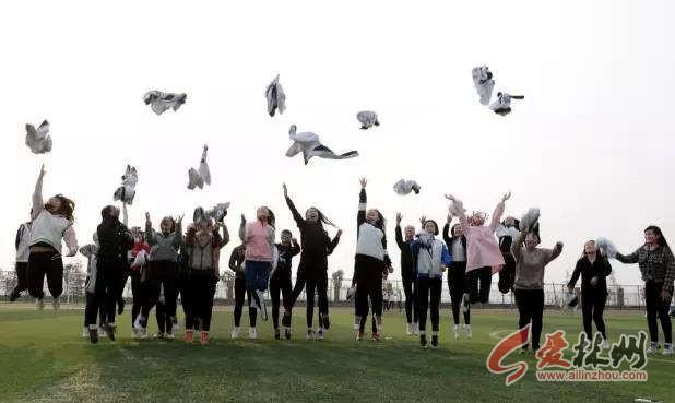 林州某学院高三学生拍毕业照,师生拍摄完毕业合影后,又相约部分班级的图片
