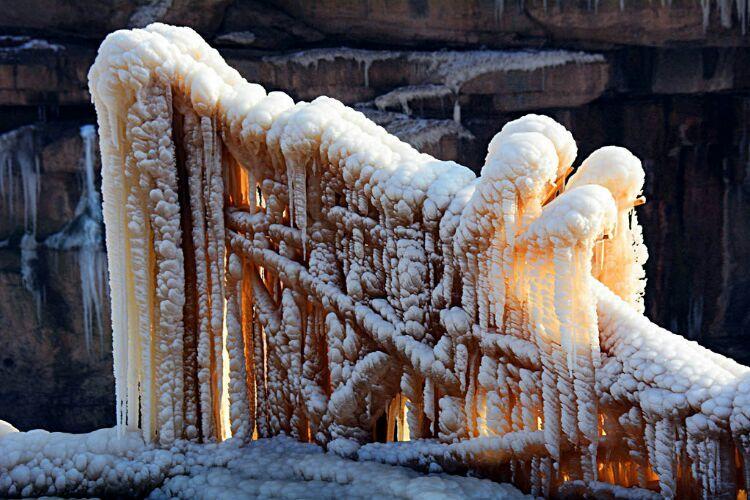 《壶口冬韵》冰挂奇观