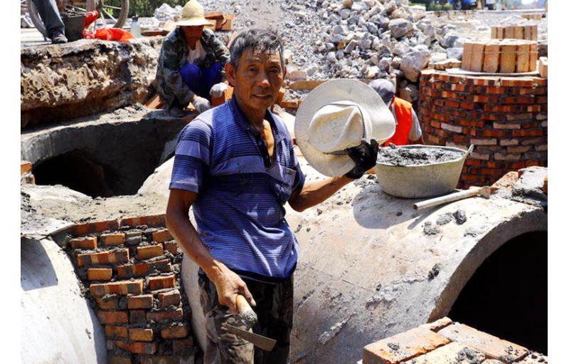 """实拍:林州39℃高温一线劳动工人,他们在接受不一样的""""烤""""验"""