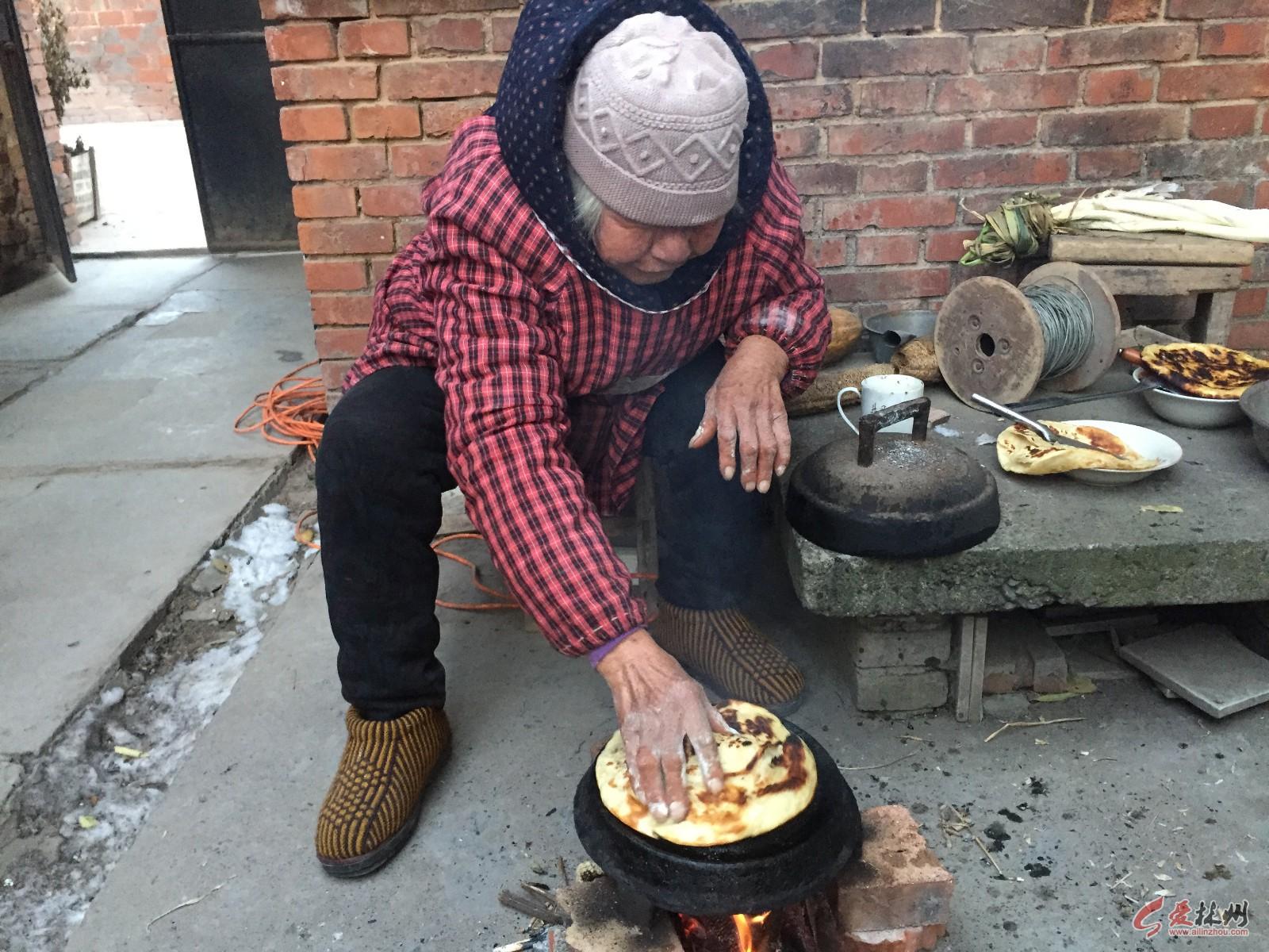 农村80岁老奶奶用古董锅烙饼,什么都没放,10张饼被全家人抢吃光