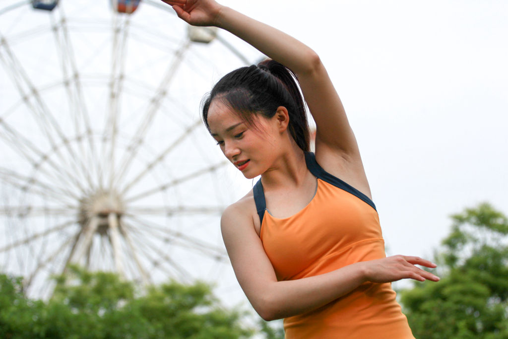 林州:户外单人瑜伽练习 亲近大自然